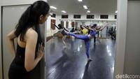 Sejumlah ballerina dari Namarina Youth Dance (NYD) melakukan latihan di Studio Namarina, Jakarta Selatan, Kamis (25/7) malam.