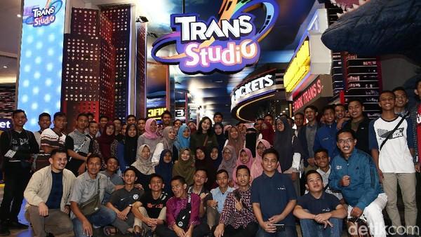 150 Orang alumni Sekolah Menengah Atas Unggulan CT Arsa Foundation (SMA-U CTAF), dari Deli Serdang, Sumatera Utara, menikmati taman rekreasi indoor terbaru di Indonesia ini (Muhammad Ridho/detikcom)