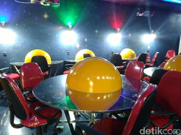 Meja-kursi di ruangan tersebut juga disesuaikan. Bentuknya bundar dan di tengahnya terdapat bulatan berwarna kuning menyerupai matahari. (Dadang/detikcom)