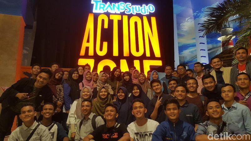 Trans Studio Cibubur Theme Park memang asyik untuk liburan bersama. Kali ini para alumni SMA CT Arsa menikmati aneka wahana dan pertunjukan seru. (Fitraya/detikcom)