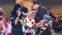 Momen penuh haru saat Chairul Tanjung dan Anita Ratnasari Tanjung mendapatkan bunga tangan dari salah satu alumni SMA Unggulan CT Arsa.