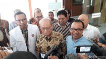 Mensesneg Pratikno Jenguk Buya Syafii di RS: Pak Presiden Khawatir