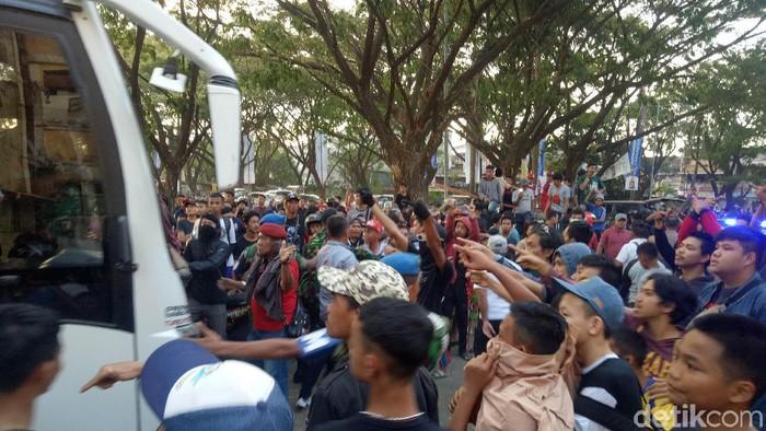 Bus Persija Dilempari di Stadion Mattoanging Makassar (Foto: Ibnu/detikcom)