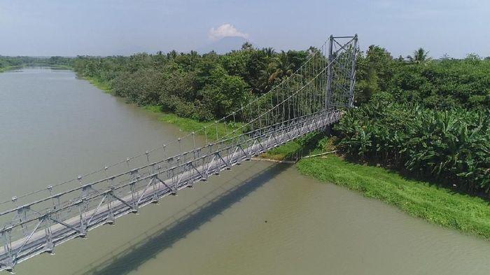 Pemerintah melalui Kementerian PUPR membangun jembatan gantung Kolelet yang mennghubungkan desa di kawasan Lebak dan Serang. Intip yuk jembatannya.