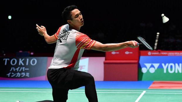 Jonatan Christie menghadapi wakil Denmark, Jan O Jorgensen, di semifinal Japan Open 2019. (