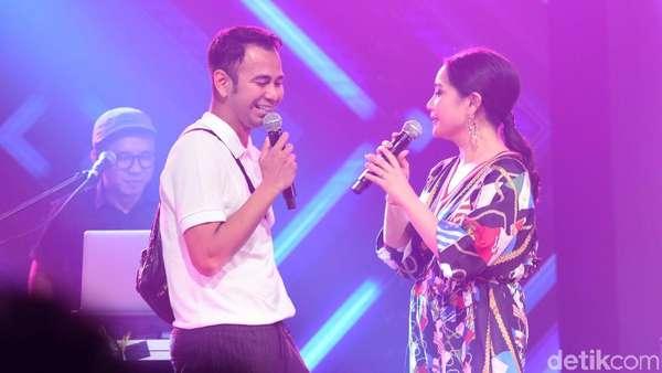 Sweet Banget.. Raffi Ahmad Peluk Mesra Nagita Slavina di Atas Panggung!