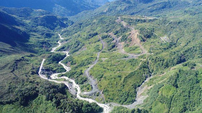 Pemerintah melalui Kementerian Pekerjaan Umum dan Perumahan Rakyat (PUPR) membangun jalan Trans Papua. Salah satunya ruas Oksibil-Towe Hitam sepanjang 5,52 kilometer.Foto: Dok. PT Wijaya Karya (Persero) Tbk