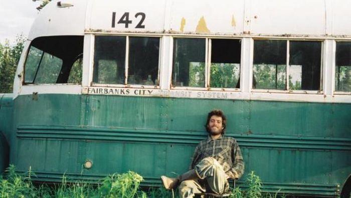 Pendaki Christopher McCandless yang tewas di Alaska. Ceritanya dikenal lewat buku dan film Into The Wild