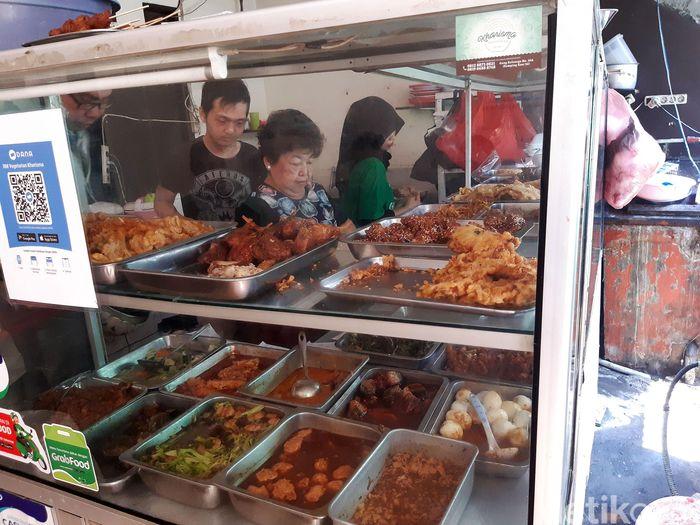 Warung makan yang mirip seperti warteg ini berada di Jalan Kemanggisan Ilir 9C, Gang Haji Senin, Jakarta.