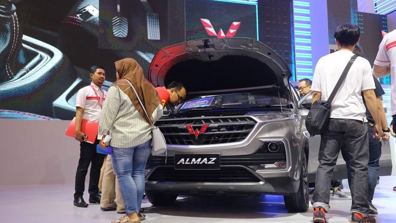 Wuling Almaz dikerubungi pengunjung GIIAS 2019. Foto: Dina Rayanti