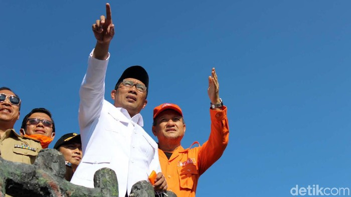 Gubernur Jabar Ridwan Kamil mengunjungi Taman Wisata Alam (TWA) Tangkuban Perahu, Senin (29/7). Emil memastikan kondisi area wisata tersebut aman pascaerupsi.