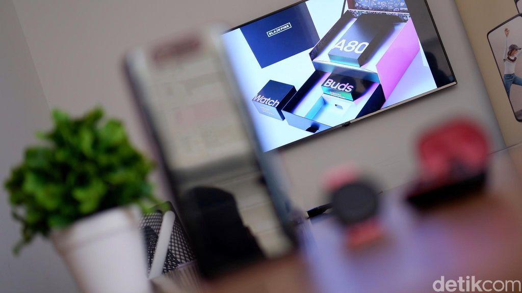 Samsung mengemas Galaxy A80 edisi BLACKPINK dengan kotak khusus. Foto: Adi Fida Rahman/detikINET