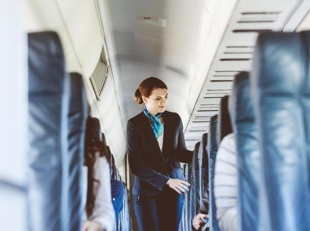 Pesawat Grounded, Pramugari Terpaksa Nyambi Kerja di Gerai Makanan