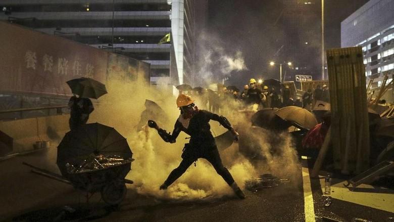 Polisi Hong Kong Tembakkan Gas Air Mata ke Demonstran di Kawasan Wisata