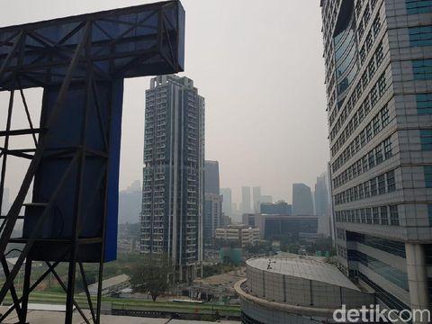 Siang Bolong Berkabut, Jakarta Masih Puncaki Kota Terpolusi di Dunia