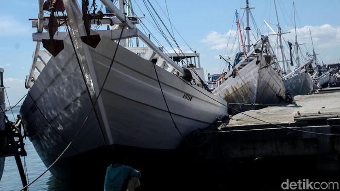 Berbagai aktivitas di Pelabuhan Paotere, Makassar, hampir serupa dengan Sunda Kelapa di Jakut. Dari bongkar muat hingga perbaikan kapal terlihat di kawasan ini.