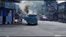 Sebuah Mobil Lawas Ditumpangi WN Australia Terbakar di Blitar