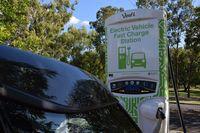 Isi ulang mobil listrik di Brisbane (University of Queensland)