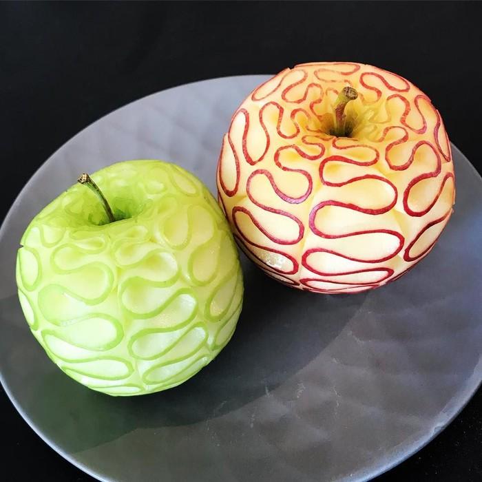Dalam seni mengukir buah, apel jadi salah satu buah yang bisa dijadikan objek seni. Buah ini memiliki warna kulit dan daging yang kontras sehingga bisa menghasilkan karya yang cantik. Foto: instagram