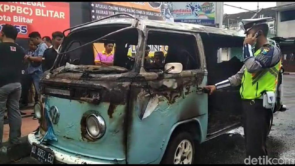 VW Kombi yang Dikendarai WN Australia Terbakar di Blitar