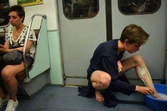 Masih ada waktu sebelum stasiun berikutnya. Cukuplah cukur bulu kaki dulu.