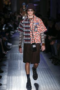 Model memakai tas untuk handphone di catwalk Prada koleksi Men Fall 2019.