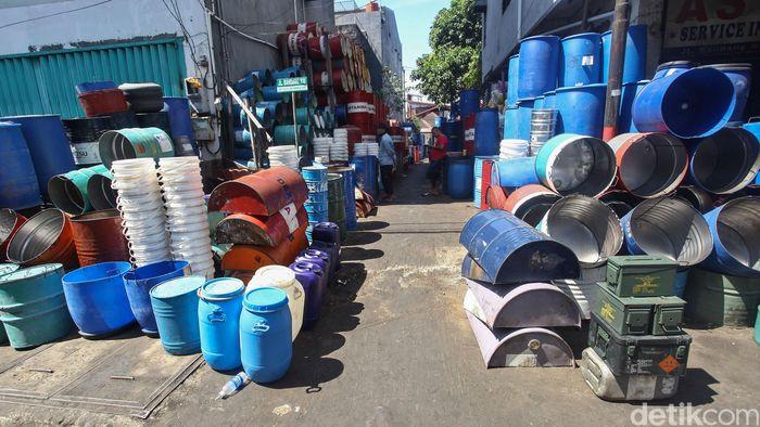 Sejumlah drum hasil restorasi nampak ditumpuk berjejer di Jalan Bandang, Makassar, Senin (29/7/2019).