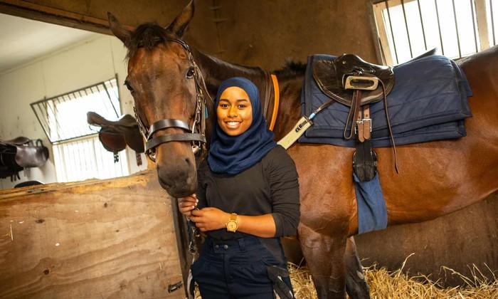 Khadijah Mellah menjadi hijabers pertama yang menjadi joki di arena pacuan kuda di Inggris. Foto: Dok. aboutislam.net