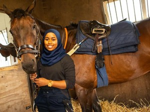 Ini Khadijah Mellah, Joki Berhijab Pertama di Pacuan Kuda Inggris