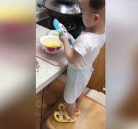 Jago Masak, Bocah Usia 2 Tahun Ini Sering Masak Untuk Ibunya