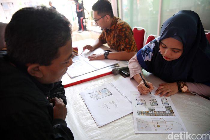 Warga melakukan permohonan kredit Rumah DP Rp 0 di Pondok Kelapa, Jakarta Timur.