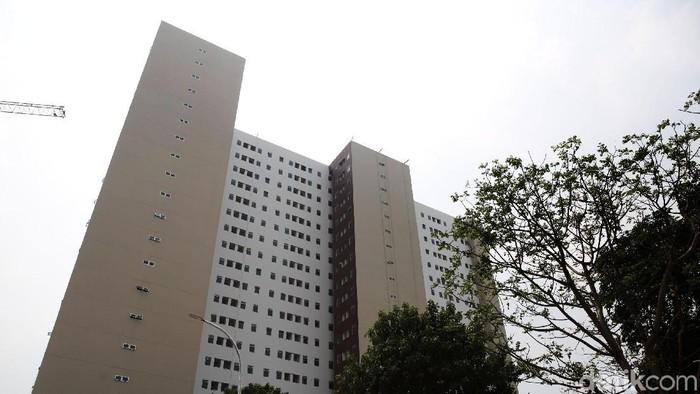 Pekerja melakukan pengecekan dalam unit yang sudah selesai dibangun di Klapa Village, Jakarta Timur, Senin (29/7/2019). Terdapat tiga tipe dalam bangunan berwarna krem coklat ini berisikan 780 unit yang terbagi dalam 21 lantai. Yakni tipe 36, tipe 21 dan tipe studio.