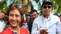 Cekatan! Begini Aksi Menteri Susi Pudjiastuti Saat Kupas Kelapa