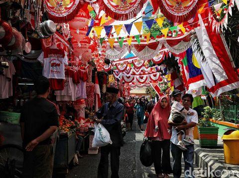 Sejumlah pedagang bendera dan pernak-pernik Kemerdekaan Indonesia berjualan di Pasar Mester Jatinegara,  Jakarta Timur,  Selasa (30/7). Menurut pedangang  mereka telah berjualan sejak tanggal 20 Juli hingga 17 Agustus.  Harga yang ditawarkan pun bervariasi dari harga Rp. 5.000 -Rp. 300 ribu. Menjelang 17 Agustus peringatan hari Kemerdekaan Indonesia,  jumlah pembeli pun semakin banyak seperti membeli bendera, pernak pernik,  umbul-umbul hingga kaos dan topi.