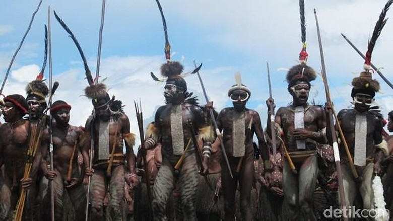 Suku Dani yang menggenakan koteka (Sastri/detikTravel)