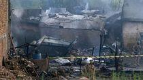 Detik-detik Pesawat Militer Pakistan Jatuh Menimpa Rumah Warga