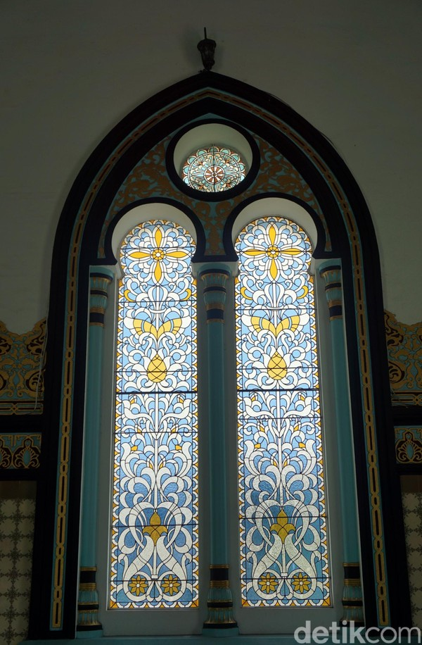 Ornamen cantik lain yang bisa dilihat traveler adalah kaca-kaca patri khas dari Eropa ini. Cantik sekali! (Wahyu Setyo/detikcom)