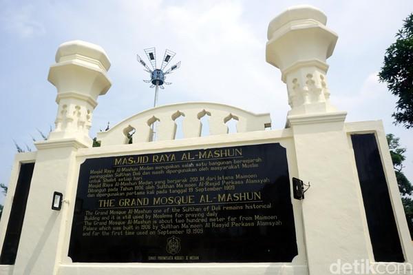 Masjid ini oleh Sultan Mamoen Al Rasyid Perkasa Alam dari Kesultanan Deli. Biaya pembangunannya mencapai 1 juta Gulden di masa itu. (Wahyu Setyo/detikcom)
