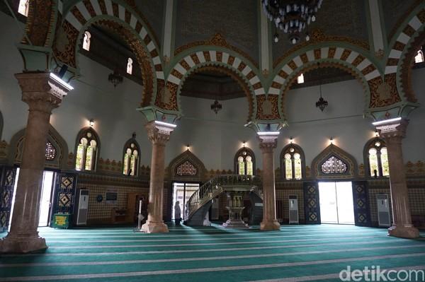 Dari segi arsitektur, masjid berbentuk segi delapan ini memadukan berbagai unsur yang khas dari berbagai negara. Mulai dari Spanyol, Turki, hingga Timur Tengah. (Wahyu Setyo/detikcom)