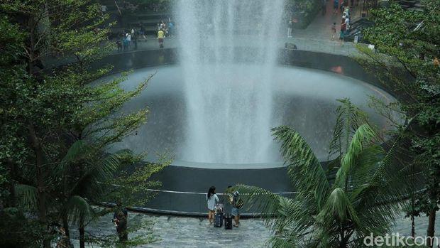 Mengupas Air Terjun Indoor Tertinggi Sedunia di Jewel Changi