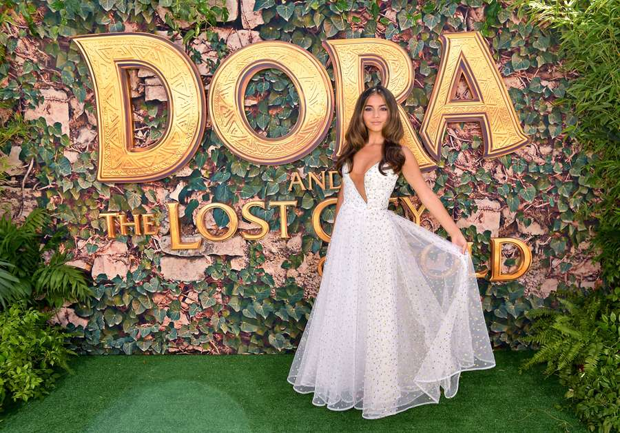 Gaya Seksi Dora saat Gala Premier di California
