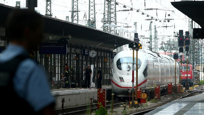 Polisi Jerman tampak mengamankan lokasi kejadian di stasiun Frankfurt. (Foto: Reuters)