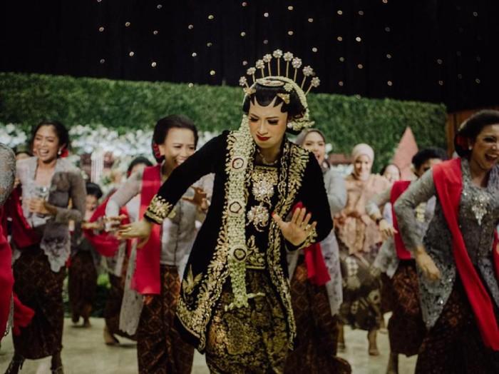 Oktiya Haniarti jadi viral karena menari zumba di pernikahannya. Foto: dok.  @maknafoto