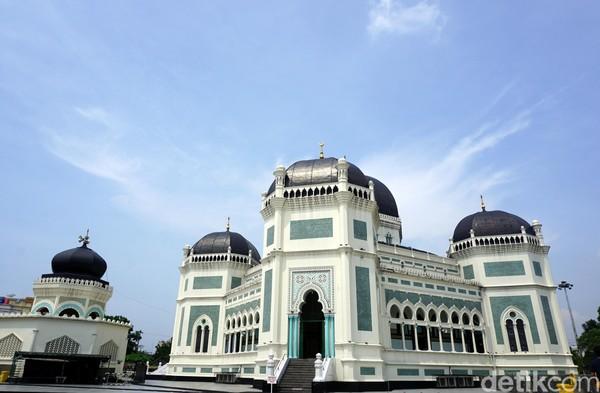 Inilah Masjid Raya Medan alias Masjid Raya Al Mashun. Masjid ini dibangun pada tahun 1906 dan selesai di tahun 1909. Itu berarti usia masjid ini sudah 110 tahun. (Wahyu Setyo/detikcom)