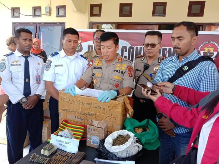 Polisi menunjukkan paket kiriman berisi puluhan peluru dan ganja yang disita dari gudang kargo Bandara Wamena/Foto: Dok. Istimewa