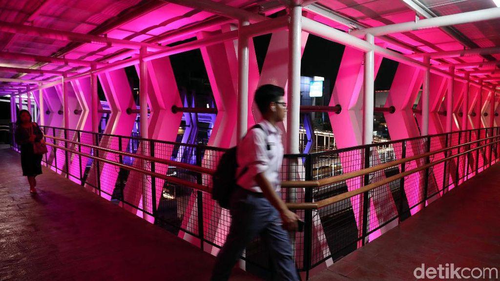 Menikmati Warna-warni Skybridge Penghubung LRT-TransJ