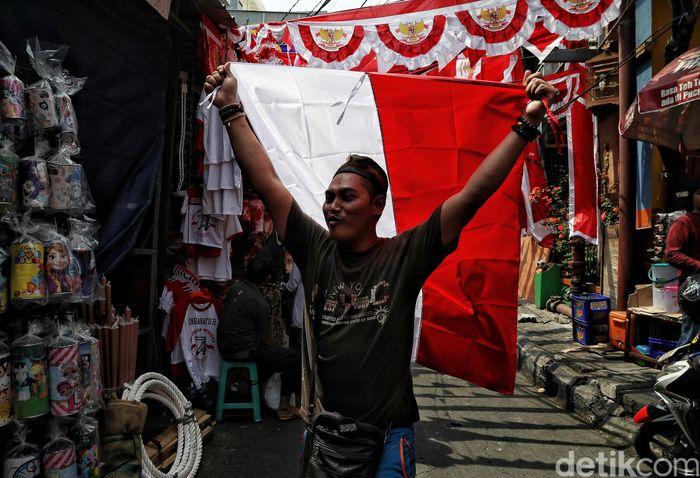 Pedagang menjual bendera merah berbagai ukuran di pasar tersebut.