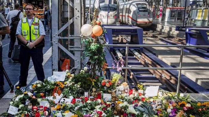 Lokasi kejadian dipenuhi bunga dan lilin untuk menghormati korban (AP Photo/Michael Probst)