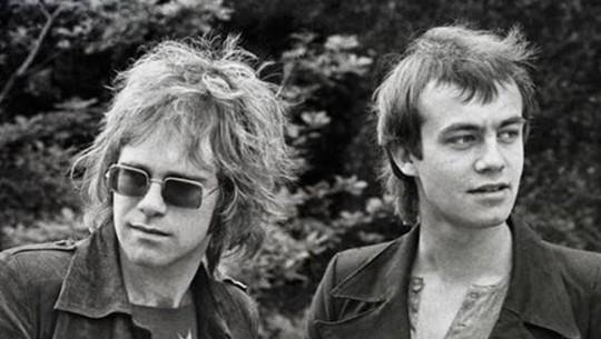 Hore! Elton John Rayakan 29 Tahun Bebas dari Miras dan Narkoba