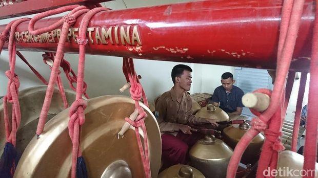 Siswa siswi SMALB Kemala Bhayangkari mainkan gamelan/